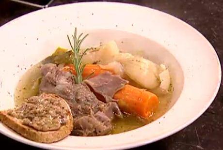 Bouillie met grof gesneden soepgroenten, kookvlees en een snede roggebrood met beendermerg