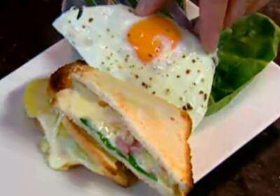 Croque madame met pancetta, rebochon kaas, verse spinazie en gebakken omelet
