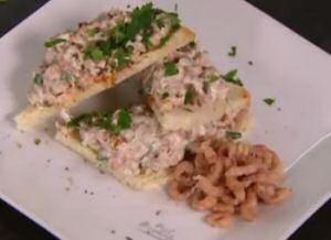 Garnalensalade met vers gehakte peterselie, zongedroogde tomaten en mayonaise op toast
