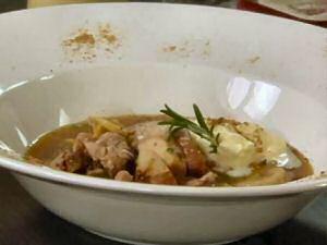 Een bord kastanjesoep met fazant, room, rozemarijn en porcini poeder