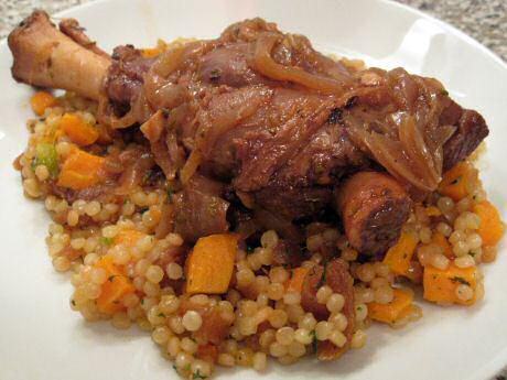 Lamsschouder recept met ui en wortelen in de oven, geserveerd bovenop couscous