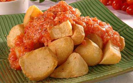 Patatas bravas recept met gebakken aardappelen en pikante tomatensaus