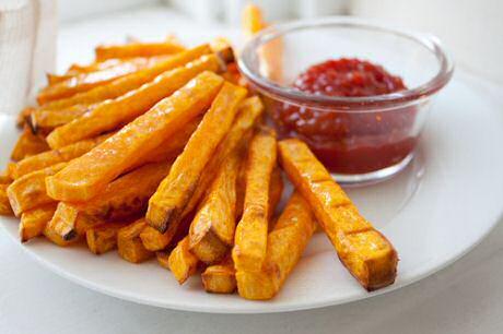 Pompoenfrieten geserveerd met ketchup