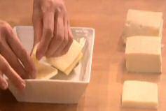 leg 2 dikke sneden raclette kaas op de halve aardappels