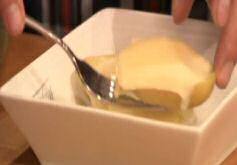 Aardappel met gesmolten raclette kaas recht uit de oven