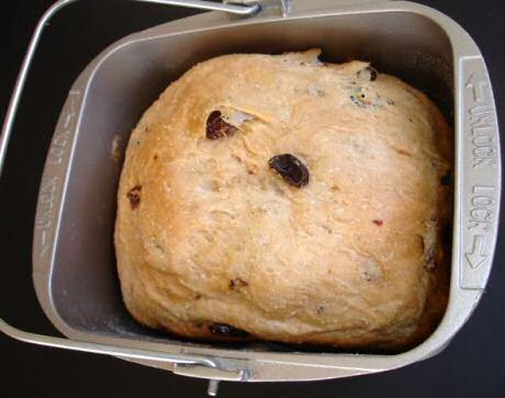 Vers gebakken rozijnenbrood in de broodmachine