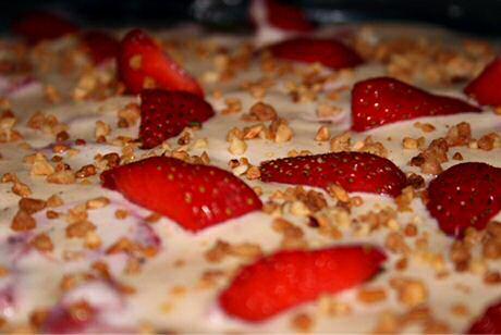 Onweerstaanbaar lekkere tiramisu zonder koffie maar met aardbeien, aardbeiensaus en Brésilienne nootjes