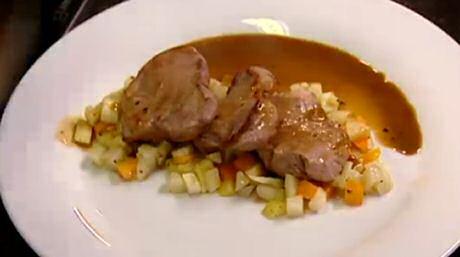 in de pan gebakken varkenshaasje geserveerd op aangestoofde groenten en met koffiesaus