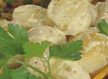 Aardappelsalade met vinaigrette met pickles