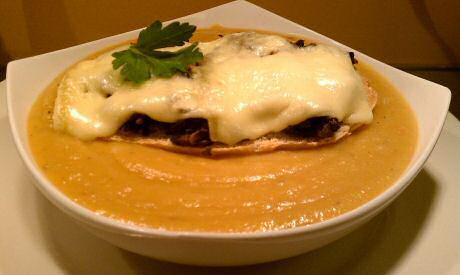 Wortelsoep met toast met kaas en champignons